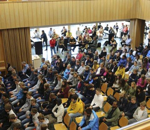 Fullsett: Det var ikkje mange tomme stolar i aulaen under opninga av skuleåret 2017–18 på Odda vidaregåande skule.