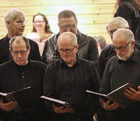 Kor i vest: Det var Kor i Vest som avslutta nyttårskonserten i Herand. Her støtta av Nå musikklag i bakgrunnen.