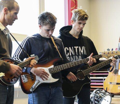 10, klasse: Elevane på siste trinn i grunnskulen spela og song «Plukka plommer i Hardanger» for forsamlinga.Alle foto: Inga Øygard Jaastad