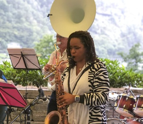 Lady Albatross: Sarah Johnson Melkeraaen og de andre i Traddies Dixieland Band inviterte lørdag oddingene til konsert i Almerkeparken. Johnson Melkeraaen ga nylig ut singelen «Love Like Mine» i samarbeid med Botshelo Moate. Foto: Ernst Olsen