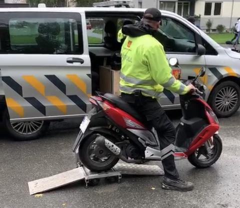 Moped: På denne mopeden som vart kontrollert av politiet og Vegvesenet var alt i orden, opplyser Paul Henriksen.
