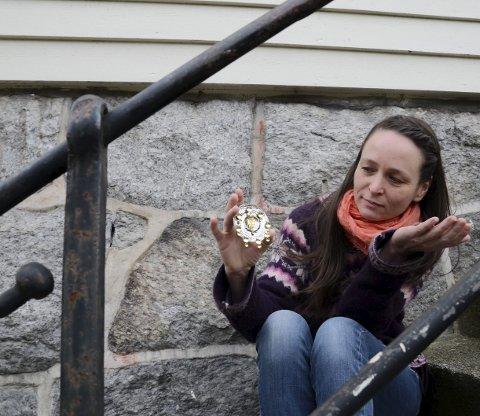 Siri smykkedesign: Gullsmed Siri Øvsthus Kvalfoss med innspill til sølje til utstillinga «Tradisjon i ny drakt» på Voss i februar i år, som hun var invitert til å vere med på sammen med andre kunstnere og kunsthåndverkere i Hordaland. Arkivfoto: Mette Bleken