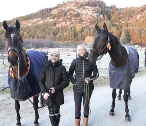 Livsstil: Det er ikke få timer Therese Handå Blickfeldt (t.v.) og Anette Vestvik bruker på ridesenteret til Haugesund Rideklubb. Her med hestene Nemo (til venstre) og Ascar.