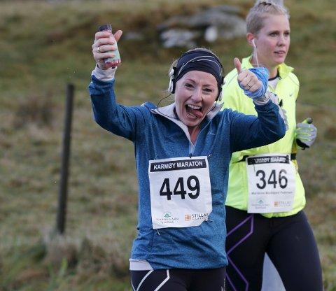 Løp med et smil: Kjersti Anita Heien (449) løp lørdagens halvmaraton under Karmøy Maraton med et smil. Marianne Munkejord Pedersen (346) bak. ALLE FOTO: ALF-ROBERT SOMMERBAKK