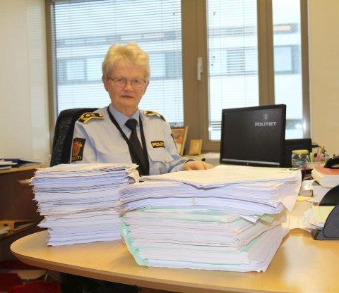 Kan gi mange års fengsel:  Bunkene er store på pulten til politiadvokat Brita Lysaker.  Flere av sedelighetssakene kan gi mange års fengsel.