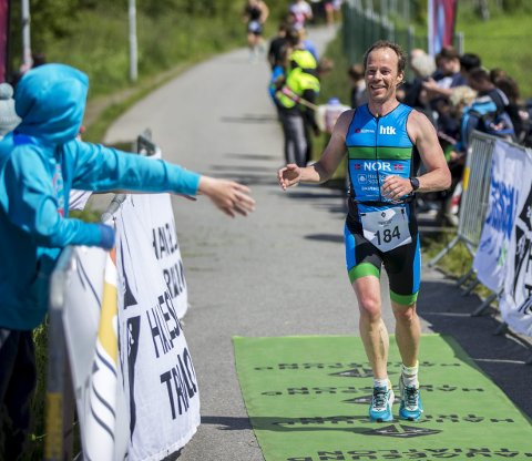 GLAD VINNER: Asle Fosen løper over målstreken som vinner av Haugesund Triathlon.