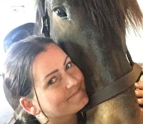 FORSVANT: Ina Merethe Hustvedt Sztankay fant ikke Lyngprinsen i båsen sin mandag morgen. Senere døde hesten.