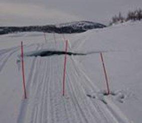 Kjør forsiktig når du ferdes med snøskuter på Røsvatnet. Vannet er regulert og vannstanden endrer seg. Da kan isen knekke og skape farlige hindringer.