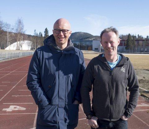 Stafett: Karle Øvereng og Kjell Vidar Norheim drar igang stafett på Kippermoen.Foto: John Christian Nygaard