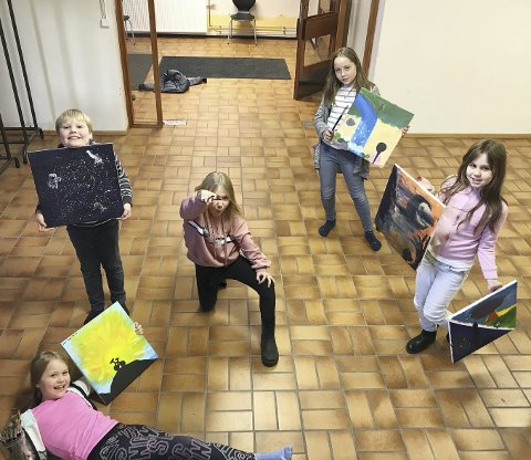 Unge kunstnere: Petter Johannessen, Jennie Bergan-Haavik, Lykke Storhaug, Tuva Goverud-Holm og Emilia Braga. Foto: Julie Vega Dahl