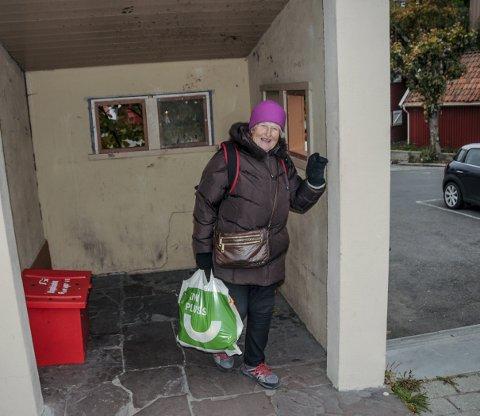 Kaldt: – Det gir ikke mye varme å stå her, men det hjelper litt for vinden, sier Bjørg Almankås. Hun sto og ventet på bussen som skulle gå om rundt 20 minutter.