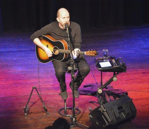 Nytt show: Tom Jackie Haugen hadde premierehelg på sitt nye enmannsshow «Øyhopping med sidesprang» i Tokestua i helga.