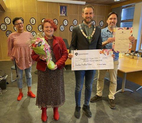 FORNØYD: Karoline Bråthen Valnes vant drømmestipendet. Her sammen med kultursjef Hilde Fiskum (bak til venstre), ordfører Tor Peder Lohne og rektor ved kulturskolen, Thomas Moen.