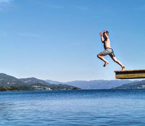 VÊRET: Det blir fine badetemperaturar nokre dagar til, men utover i veka går gradestokken under 20, ifølge Meteorologisk institutt.