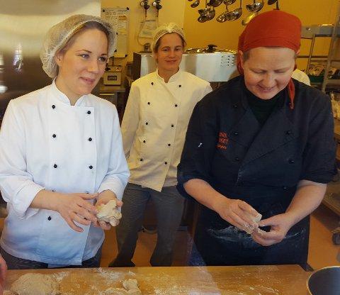 Til venstre kjøkkensjef Anita Hansen og til høyre kursinstruktør Hanne Ringstrøm. (Foto: Liselotte Olsen, Fylkesmannen i Buskerud)