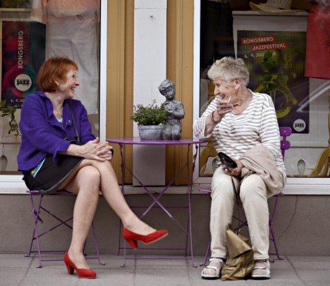 Dameprat: Kongsberg-ordfører Kari Anne Sand (t.v.) og Reidun Bjønnes tar en prat etter et butikkbesøk i Kongsberg.Alle