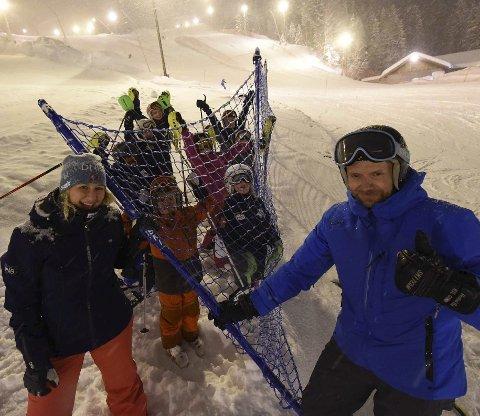 ALPINGLEDE: Bjørn Kristian Neumann og Therese Askeland fra DNB sammen med unge alpinister og nye sikringsnett.foto: Hostvedt