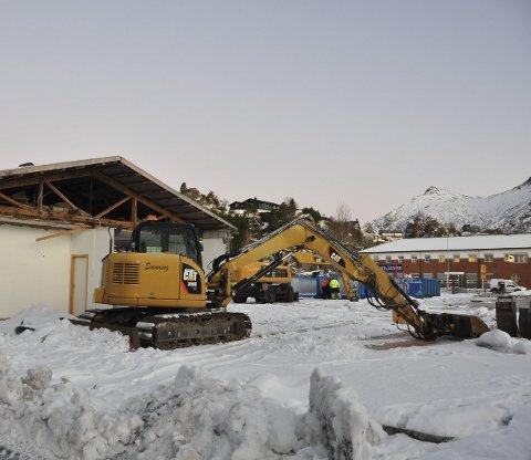 Forberedelser: Maskiner og utstyr er på plass på tomta til Biltema i Svolvær. Foreløpig kun for å forberede området. Lagerbygget i bakkant skal også rives for å gjøre plass til butikken.Foto: Øystein Ingebrigtsen
