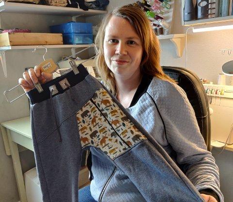 Miriam Eriksen med en av buksene som hun har laget.