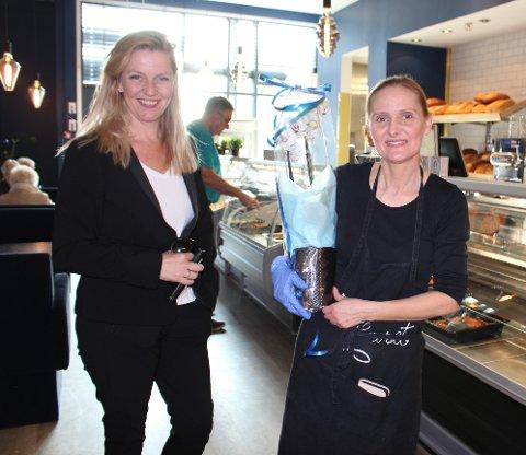 FEIRET ÅPNING: Senterleder Silje Nordgård Aspen (til venstre) overrakte en liten velkomstbukett til Gulla Johannesdottir da hun endelig kunne åpne nye Fiskehuset på Lambertseter senter. Her blir det både fiskebutikk og serveringssted.