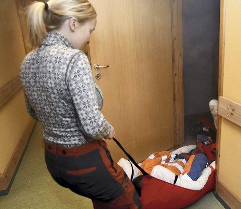 Brannøvelse: Deltakerne skulle evakuere dukker på 70 kg ut av en leilighet full av røyk.