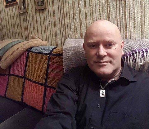 FRUSTRERT: Øyvind Leiv Solhaug Lockertsen er blant beboerne på Reinøya som fortviler over at mobildekning og bredbånd har vært nede i fem dager.