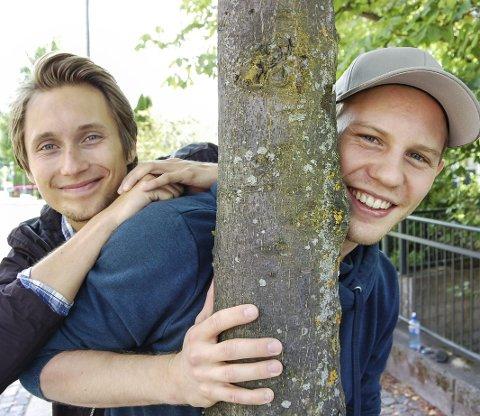 Gode venner: Joakim Ousdal (t.v.) og Theodor Hellwig  fra Oppegård er klare for store musikaloppgaver i fremtiden. foto: ole kjeldsberg endresen