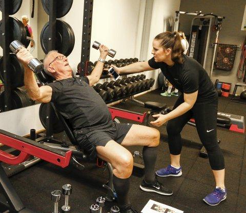 GOD INNSATS: Osteopat Dorota Isadora Krzemien er stolt av Per Lunden og de andre deltakerne, som har vist stor fremgang og opplevd positive effekter av treningen.