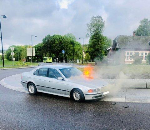 HOLDT AVSTAND: Sigbjørn Risnes sjekket først at det ikke satt noen i den rykende bilen, før han ringte politiet. Så slo flammene opp.