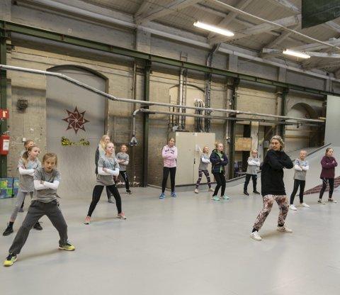Klare: Danserne fra Studio Nille skal samarbeide med unge skatere og lage en annerledes danseforestilling på et helt spesielt dansegulv.foto: per Albrigtsen