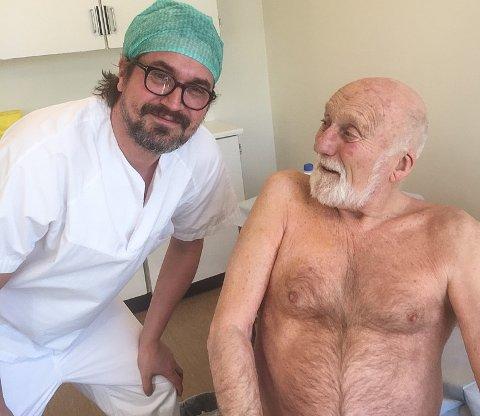 GODT IVARETATT: Hans Oddvar Strand på sjekk hos kirurg Johan Sandvik. - Det er viktig at pasientene føler seg godt ivaretatt, sier legen.