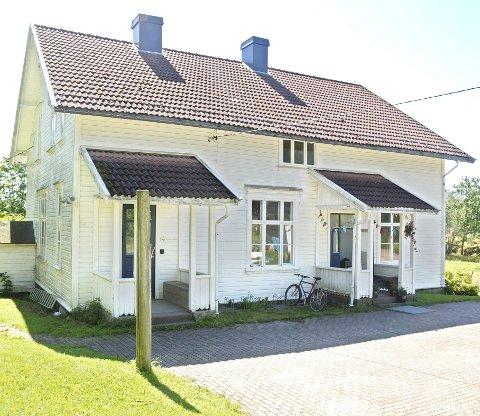 Den gamle skolen på Veierland huser et atelier med åpen utstilling i sommer, men nå åpner også den nye kystleden her for booking og overnatting.