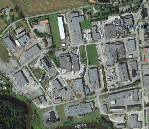 To menn ble tatt mens de var i ferd med å laste to personbiler i en semitrailer på Industrifeltet i Rakkestad.
