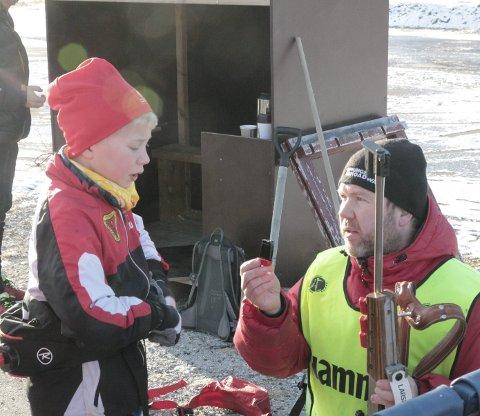 Instruktør: Espen Bergli viser hvordan skiskytterne skal behandle våpen og ammunisjon på standplass. Utøverne fikk god trening på skytebanen under helgas skisamling. Foto: Stian Forland