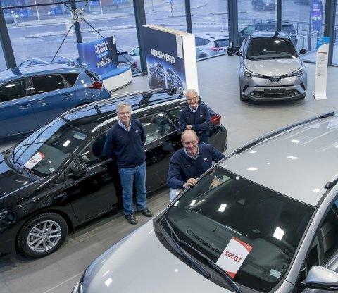 Solgt: Runar Johannessen, Christian Østheim og Hans Erik Gamkinn eier ikke lengre den lokale Toyota-forhandleren. Men de sier at kundene ikke vil merke noen forskjell.