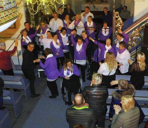 GODT GJENNOMFØRT: Hurø-gjengen mottok stående applaus etter nok en flott julekonsert i Hurum kirke. ALLE FOTO: PER D. ZARING