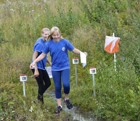 Fant alle postene: Sandefjord Orienteringsklubbs Alexandra Rognlidalen (13) (bak) og Mona Lolland (13) storkoste seg i løpet på hjemmebane, og fant alle postene.Alle foto: Linda Hansen
