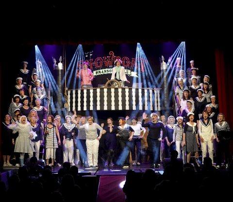 Mange damer: 60 damer lager show med kabaret i Verdensteateret.Alle Foto: Kurt André Høyessen