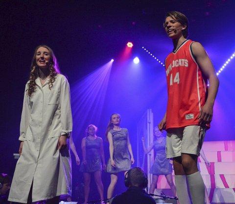 High school-drama: Gabriella (Emma Sofie Gautestad) og Troy Bolton (Amund Børresen) synger flere duetter i musikalen. Den siste var den aller beste, «En start på noe nytt».