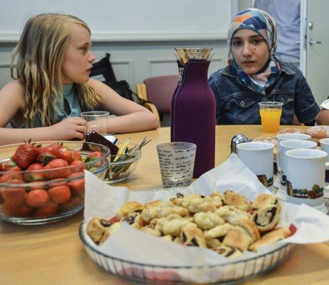 Ble bedre kjent: 10-åringen Tiril Olivia Nyheim Slettingdalen (t.v.), nestleder i elevrådet på Haukerød skole, snakket mye med Abir Sahlab Je (12), som har flyktet til Norge fra Aleppo i Syria.