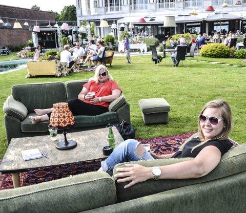 Avslappende: De er kolleger og venninner. Tidlig lørdag ettermiddag inntok Merete Nilssen (bak) og Susanne Ruiz en myk sofa ute på plenen. Etter noen rolige timer inntok flere og flere Parkhaven til fest og dans. Foto: Paal Even Nygaard