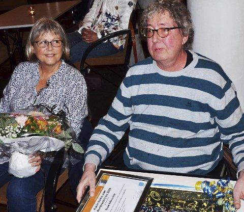 Stolt og glad: Svein Erik Lunde (64) ble hedret med kulturærespris fra Askim kommune og enorm applaus fra publikum for sin innsats i kulturlivet i Askim gjennom 40 år.