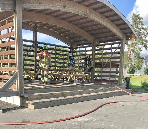 RYKKET UT: Brannvesenet rykket ut mandag ettermiddag etter noen ungdommer hadde tent på antibac på Måsan i Mysen.