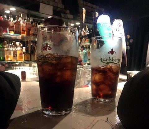 ANMERKNING: Skjenkekontrollørene mente disse glassene ikke overholdt reklameforbudet.