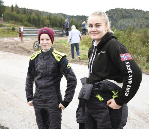 STORTRIVES: Hannah Eide (til h.) og Emilia Lokreim Sollie digger crosskart. Denne helgen kjørte jentene NM-runden på Grenland motorsportsenter i Skien.FOTO: KRISTIAN HOLTAN