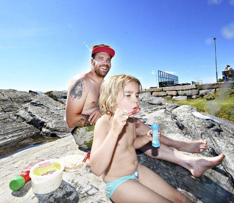 Tilde Sofie og Kenneth Formo fra Tretten hadde tatt turen til Kristiansund og Skjerva, sånn nesten på impuls, og koste seg med bading, grillmat, såpebobler og sydensommervarme torsdag ettermiddag.