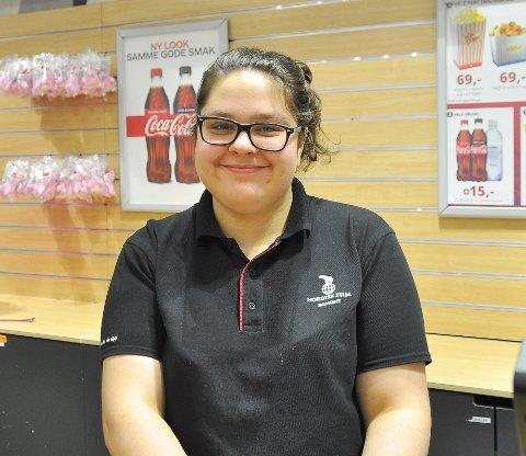 Tatjana Kadir jobber i kiosken på Kristiansund kino når hun ikke går på skole. Eller synger hjemme.