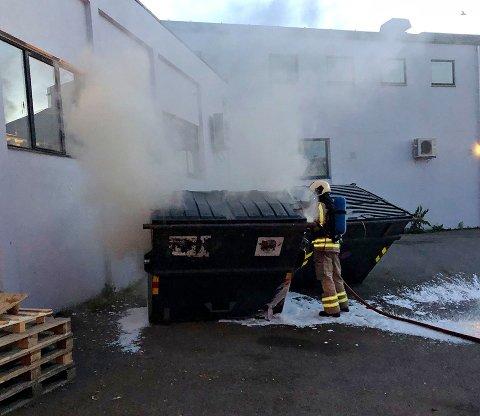 SLUKKET ULMEBRANN: Takket være en forbipasserende, fikk brannvesenet tips om en ulmebrann i Kanalveien sent i går kveld.