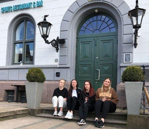 TORVET: Servitørene Nathalie Colvin (26), Jenny Sofie Abrahamsen (18), Mina Benedikte Aspeli Pfefferkorn (23) og hovmester Karoline Klevanger Linja (24) er klare for å servere gjestene sine i helgen.