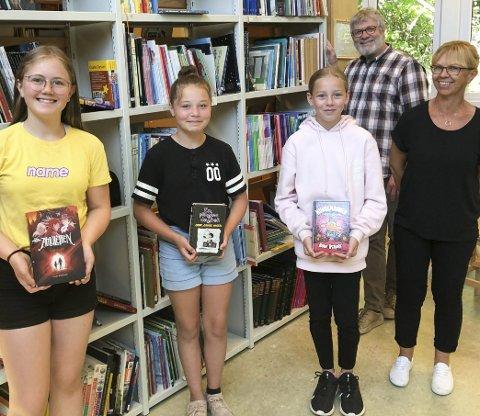 Lesehester: Selma (fra venstre), Leah og Line er bibliotekassistenter hos lærer Gro Bakken. I går fikk de beskjed om at kommunen har fått 760.000 kroner takket være blblioteksjef Peter Svalheim. Foto: Anne Dehli